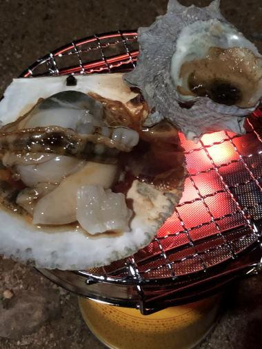 ユニフレームミニロースターでサザエのつぼ焼きとホタテ